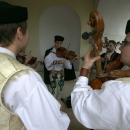 Ľudová hudba Zázrivá  hrá pri východe z kostola