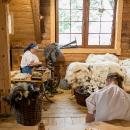 Na jarmoku v Koniakowe prebiahali aj ukážky remeselného spracovania ovčej vlny.