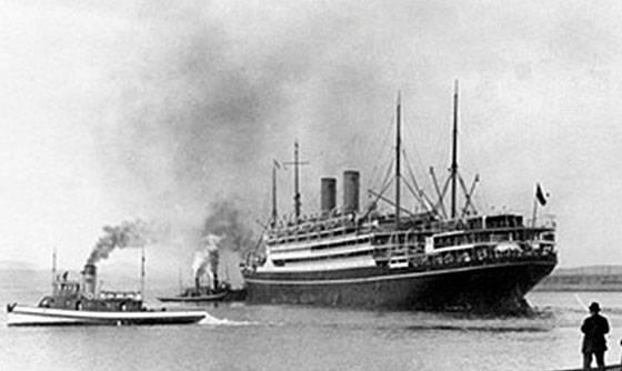 """Parník """"Kaiserin Auguste Victoria"""" bol spustený na vodu v Štetíne v r. 1905. V tom čase bol najväčšia loď na svete. Viezol celkom 2 996 cestujúcich, z toho 1. triedy 652, 2. triedy 286 a 3. triedy 2 058 pasažierov. Cestoval ním Ján Kázik zo Zázrivej."""