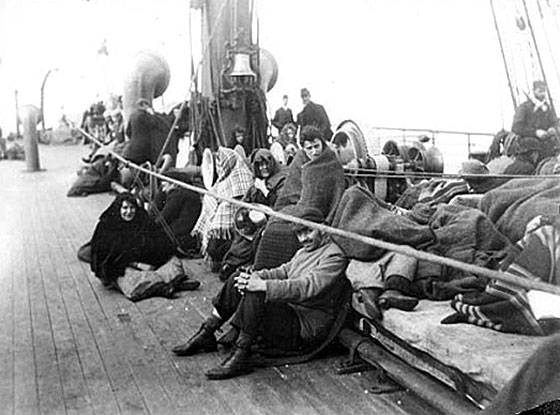 Vysťahovalci na palube parníka.  Rok 1892