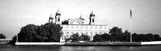 """Budova Imigračného úradu dnes. V budove je múzeum prisťahovalectva """"Ellis Island Immigration Museum""""."""