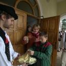 Ponúkanie syrových výrobkov pri východe z kostola